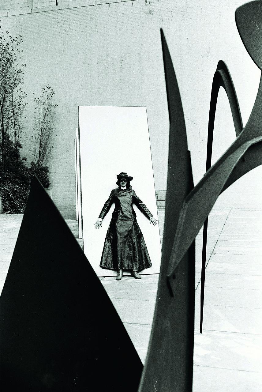 Michael Horowitz, Kiki Kogelnik in Zorro Pose, 1969 NY, Pigmentdruck auf Hahnemühle FINEART, 40x30cm
